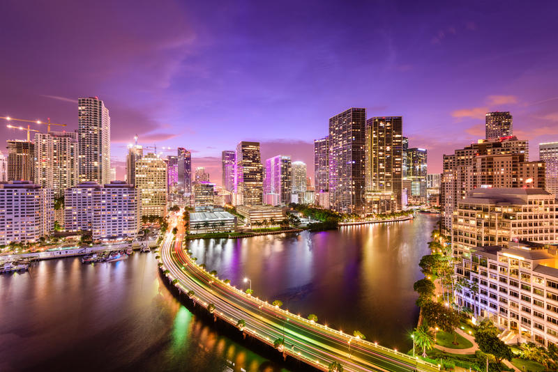 Nachtskyline Miamis, Florida lizenzfreie stockfotos