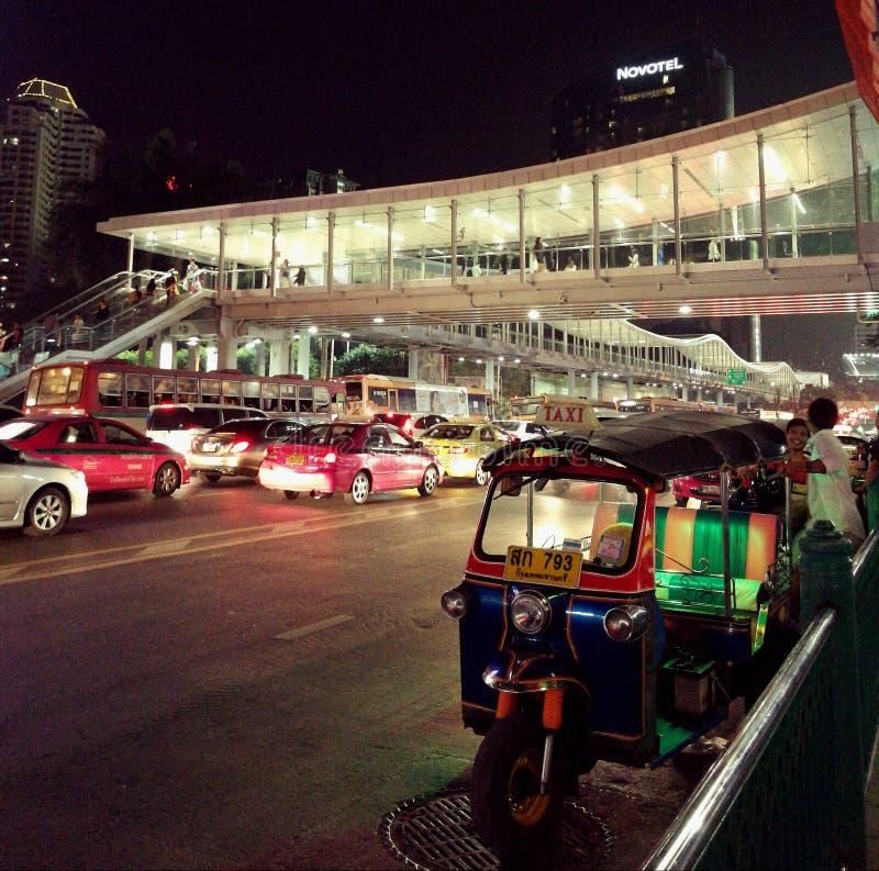 Nachtskyline von Bangkok lizenzfreies stockbild