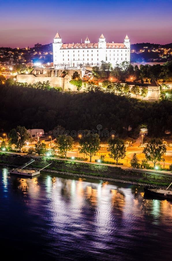 Nachtskyline von Bratislava mit Schloss und der Donau stockfotografie