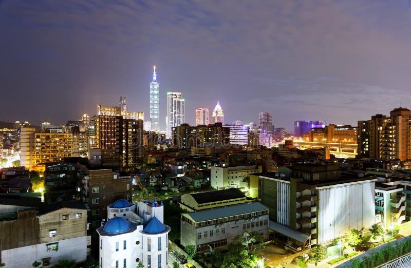 Nachtskyline von im Stadtzentrum gelegenem Taipeh, die vibrierende Hauptstadt von Taiwan, mit Turmstellung Markstein Taipehs 101 lizenzfreies stockfoto