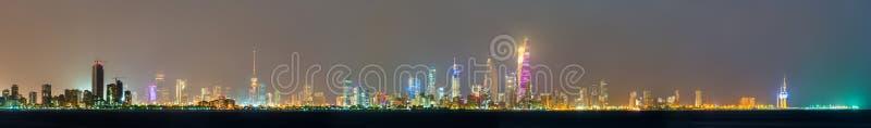 Nachtskyline von Kuwait-Stadt stockfotos