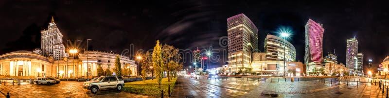 Nachtskyline von Warschau mit sowjetischer Ära und modernen Wolkenkratzern stockbilder