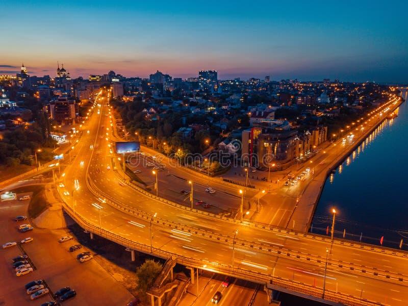 Nachtsommer Voronezh Massalitinov-Damm und Chernavsky-Brücke, Vogelperspektive lizenzfreies stockbild