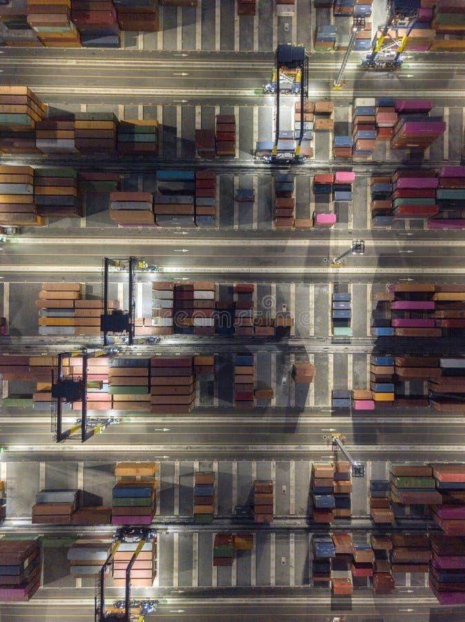Nachtspruit van satellietbeeldlogistiek en vervoer van Containervrachtschip en de zaken van Crane Bridge Import en van de Uitvoer royalty-vrije stock afbeelding