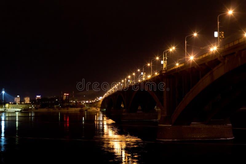 Nachtstad, brug, lichten royalty-vrije stock fotografie