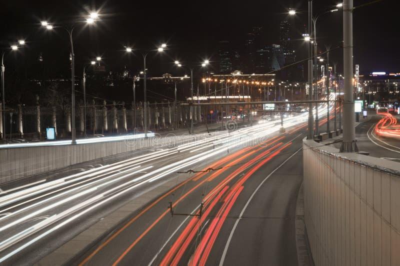 Nachtstad hoofdmoskou Aangestoken wegen en straten Licht spoor op industri?le megalopolisachtergrond stock afbeelding
