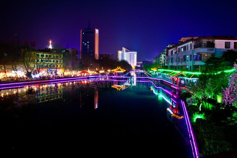 Nachtstad met rivier stock afbeeldingen