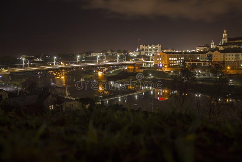 Nachtstad op de Neman-rivier royalty-vrije stock afbeeldingen