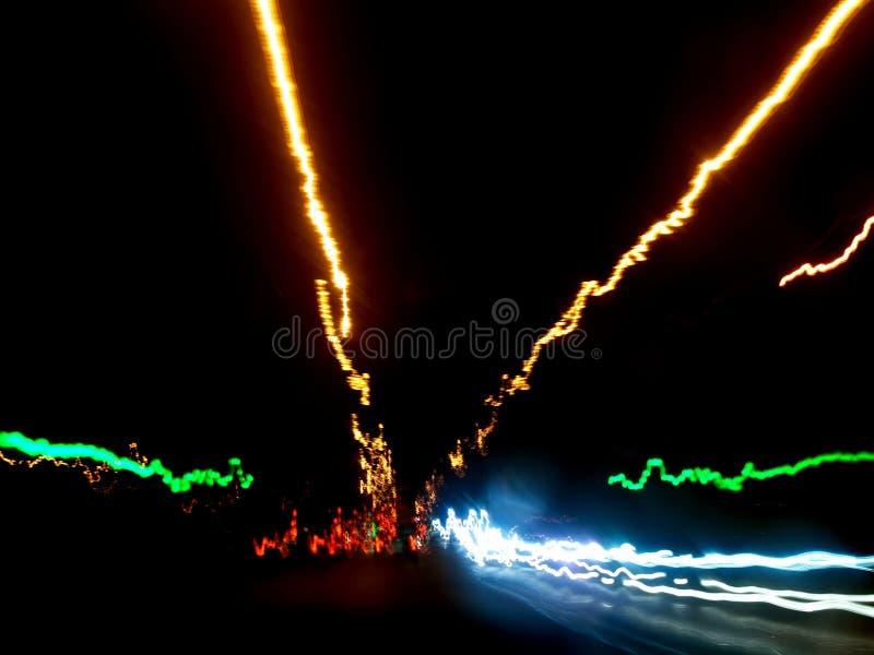 Nachtstad van het venster van de auto stock fotografie