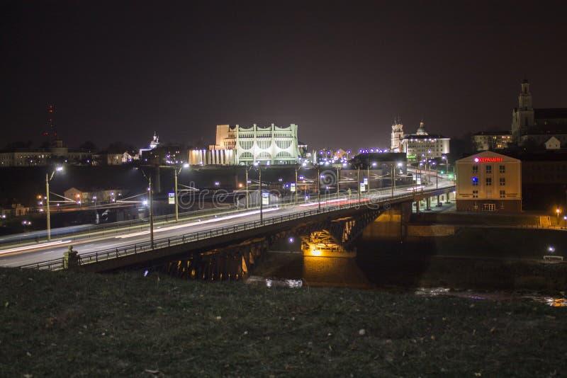 Nachtstadt auf dem Neman-Fluss stockbild