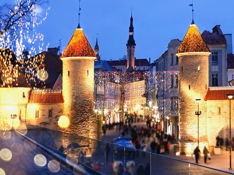 Nachtstadt in der Altstadt von Tallinn Weihnachtsdekoration auf Häusern Regenabend und Menschen mit Regenschirm auf der Straße ge stockfoto