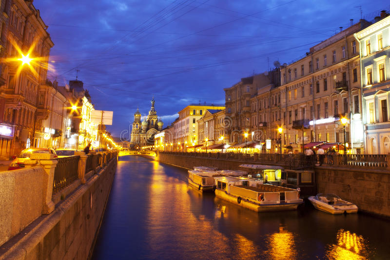 Nachtstadt. Kanäle des St. Petersburg lizenzfreies stockbild
