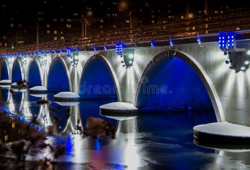 Nachtstadt Tscheljabinsk lizenzfreie stockfotos