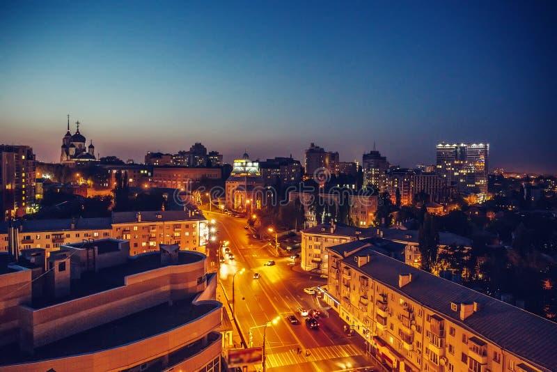 Nachtstadt Voronezh, Ansicht von der Dachspitze lizenzfreies stockfoto