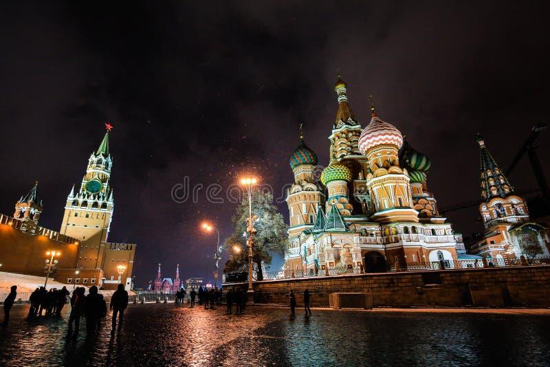 Nachtstadtansicht von Moskau der Kreml, Heilig-Basilikum ` s Kathedrale und Roter Platz an den Abendwinterschneefällen in Moskau, lizenzfreies stockfoto