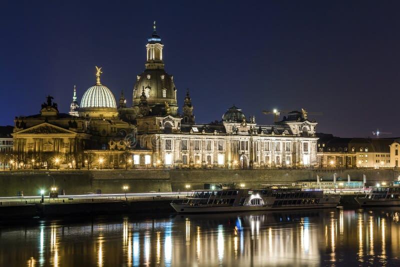 Nachtstadtbildansicht von historischen Gebäuden mit Reflexionen in der Elbe in der Mitte von Dresden u. von x28; Germany& x29; lizenzfreies stockbild