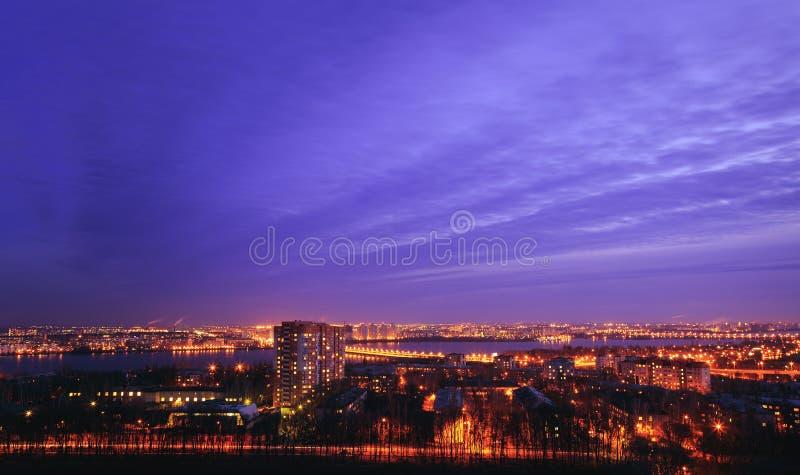Nachtstadtbildansicht von Voronezh-Stadt von der Dachspitze Bezirk Birchwood lizenzfreie stockfotografie