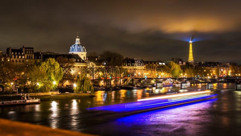 Nachtstadtbildszene in Paris ?ber der Seine mit dem Eiffelturm im Hintergrund stockbilder
