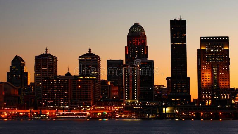 Nachtstadtzentrum Louisvilles, Kentucky über dem Ohio lizenzfreies stockbild