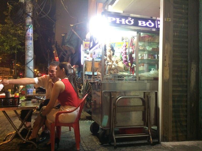 Nachtstall mit Lebensmittel in Ho Chi Minh stockbild
