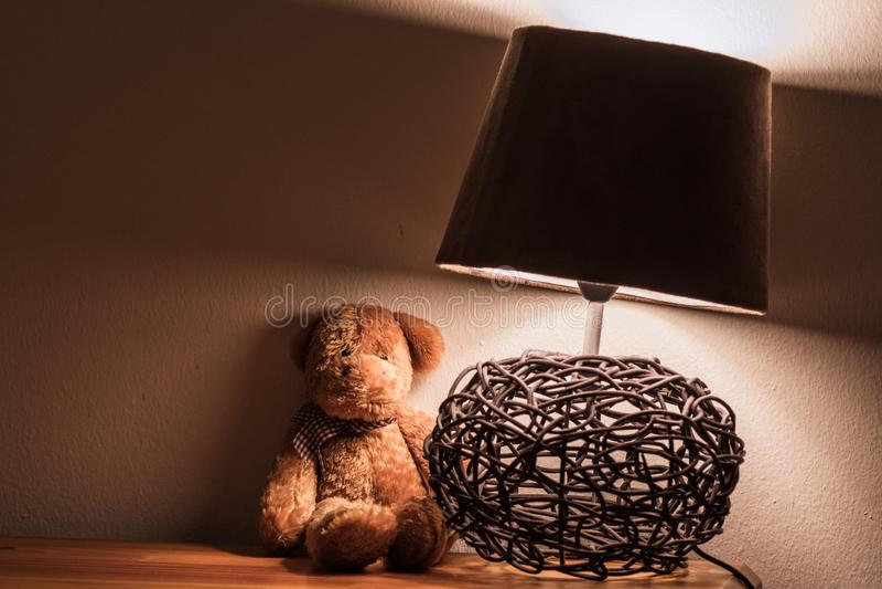 Nachtstand mit Teddybären und Lampe stockbilder
