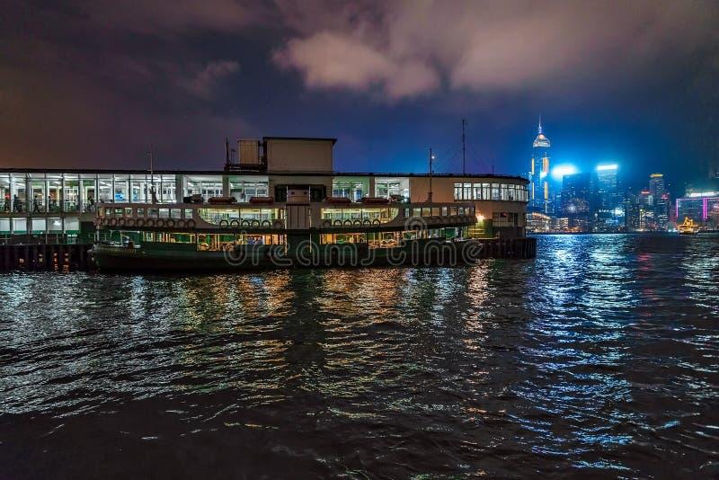 Nachtstern-Fährenpieransicht in Tsim Sha Tsui in Hong Kong Stern-Fähre auf Stadtskylinehintergrund lizenzfreie stockfotografie