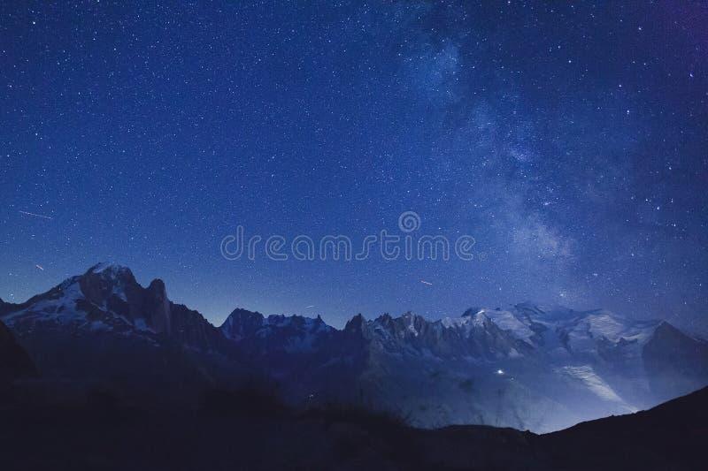 Nachtsterren en melkachtige manier over alpiene bergen stock foto