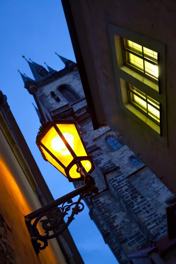 Nachtstraße in Prag lizenzfreie stockfotos