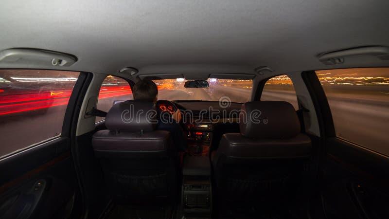 Nachtstraßen-Innenansichtauto lizenzfreie stockfotos