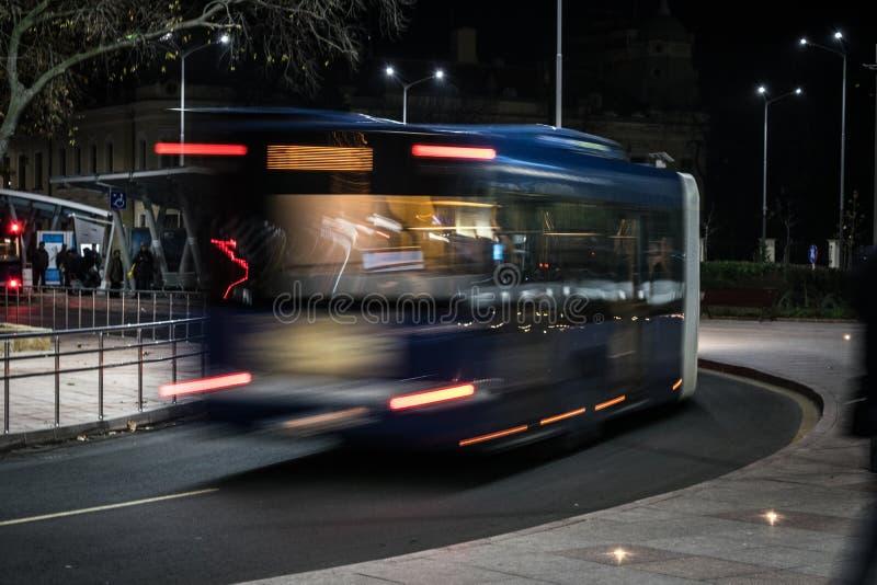 Nachtstraßenansicht Busverschiebeneffekt stockbild