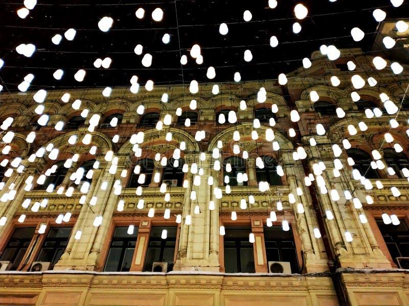 Nachtstraße im Licht im Stadtzentrum lizenzfreie stockbilder