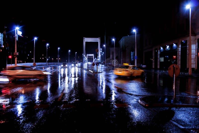 Nachtstraat in Boedapest stock afbeelding