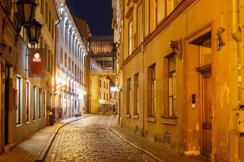 Nachtstraat in de Oude Stad van Riga, Letland stock foto's