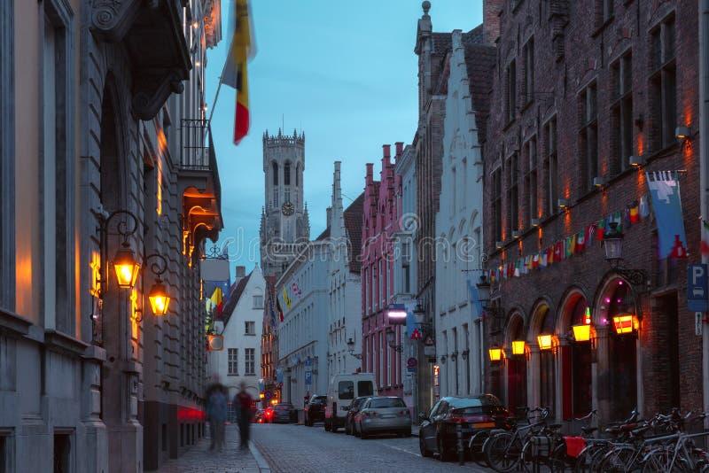 Nachtstraat en toren Belfort in Brugge, België stock fotografie