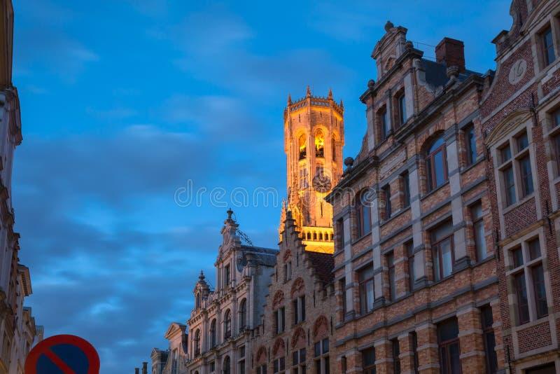 Nachtstraat en toren Belfort in Brugge, België royalty-vrije stock afbeeldingen