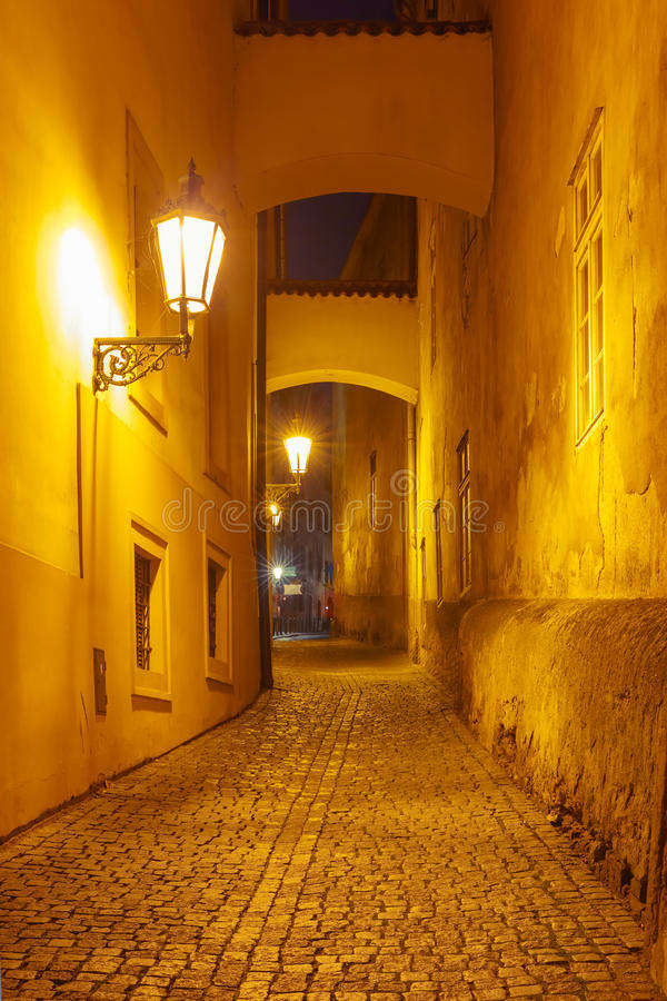 Nachtstraat in Mala Strana, Praag, Tsjechische Republiek royalty-vrije stock fotografie