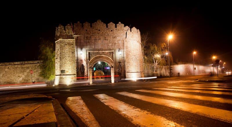 Nachtstraat met de oude vesting royalty-vrije stock afbeelding