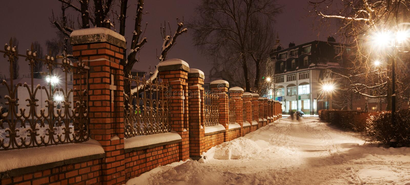 Nachtstraat met sneeuw stock fotografie
