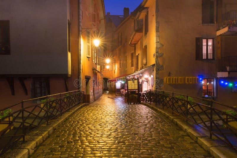Nachtstraat in Oude Stad van Annecy, Frankrijk royalty-vrije stock fotografie