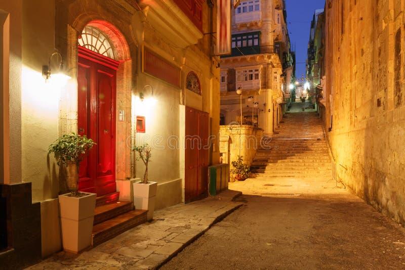 Nachtstraat in oude stad van Valletta, Malta royalty-vrije stock foto's