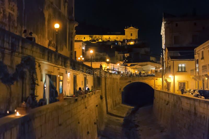 Nachtstraat, Scicli, Sicilië, Italië royalty-vrije stock foto's