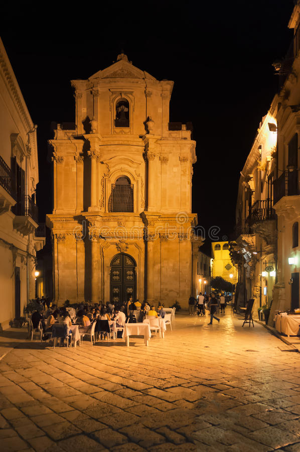 Nachtstraat, Scicli, Sicilië, Italië stock afbeeldingen
