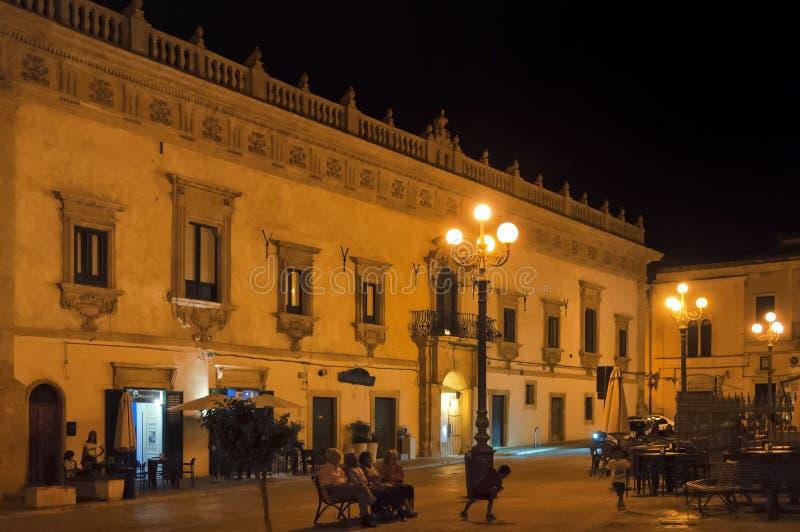 Nachtstraat, Scicli, Sicilië, Italië royalty-vrije stock foto