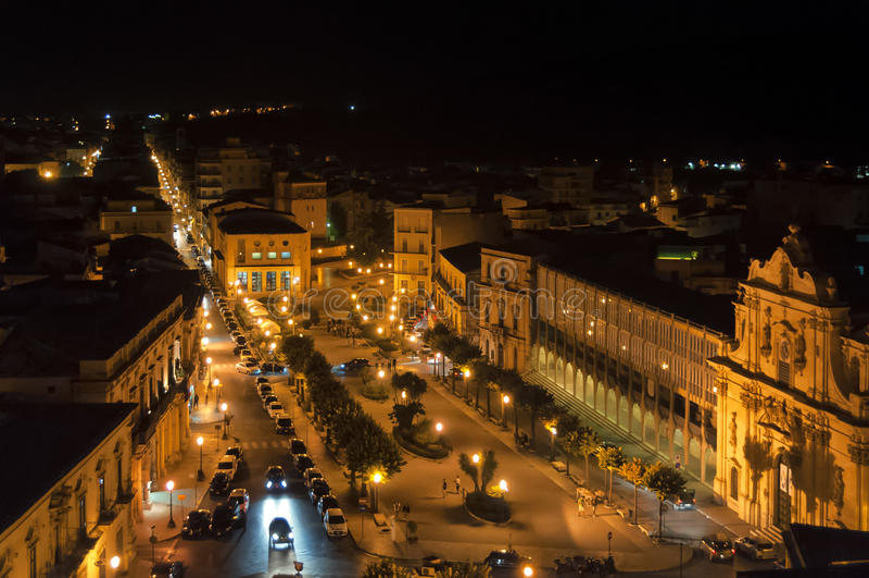 Nachtstraat, Scicli, Sicilië, Italië royalty-vrije stock afbeeldingen