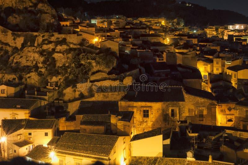 Nachtstraat, Scicli, Sicilië, Italië stock foto's