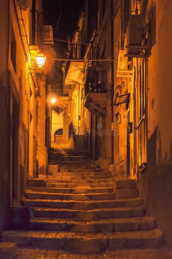 Nachtstraat, Scicli, Sicilië, Italië royalty-vrije stock fotografie