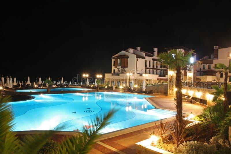 Nachtswimmingpool. Sommer. stockbilder