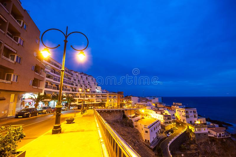 Nachtszene auf der Straße in Santiago de Tenerife lizenzfreies stockbild