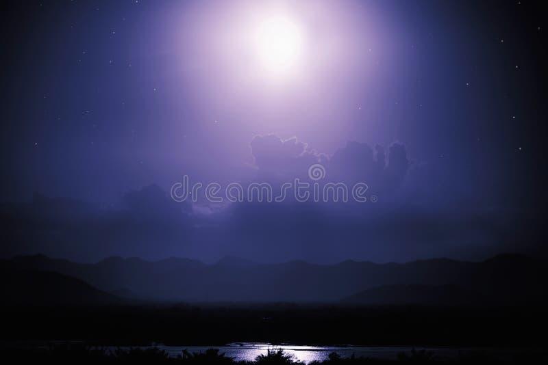 Nachtszene auf See mit Mondschein stockfotografie