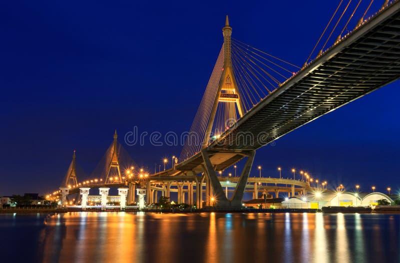 Nachtszene Bhumibol-Brücke, Bangkok, Thailand stockbild
